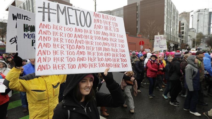 Una mujer sujeta una pancarta de #metoo en una marcha en enero de 2018 en Seattle