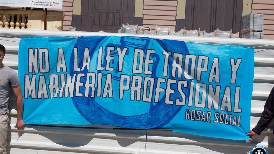 Pancarta de Hogar Social contra la Ley de Tropa y Marinería desplegada este sábado en un acto de 45 Sin Despidos.