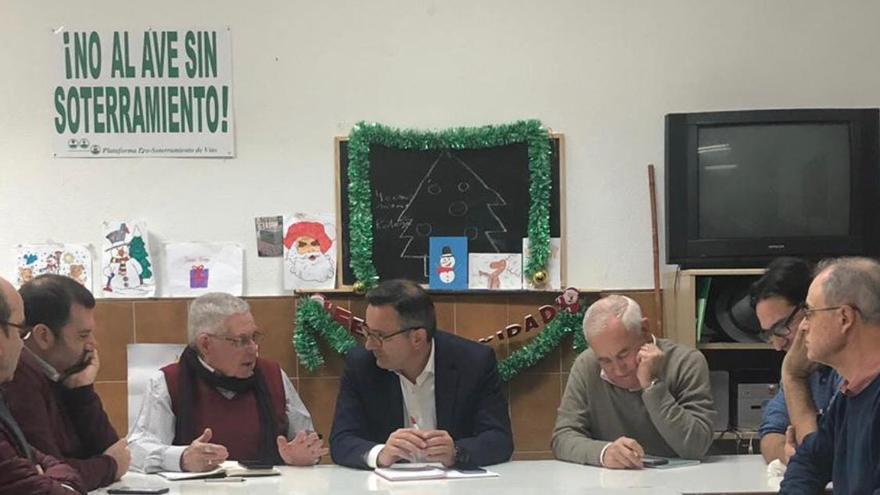 El delegado del Gobierno, Diego Conesa, reunido con miembros de la Plataforma ProSoterramiento