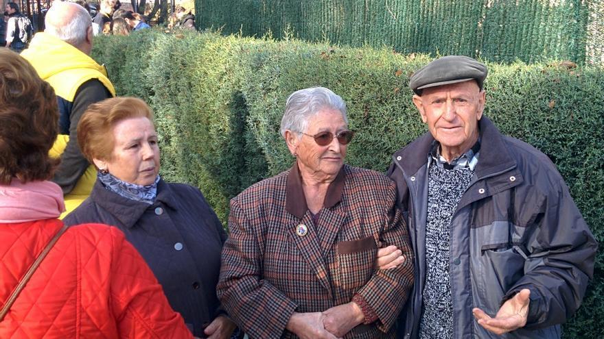 Miguel Mendoza, el vecino que ha saludado Pablo Iglesias al llegar a votar.