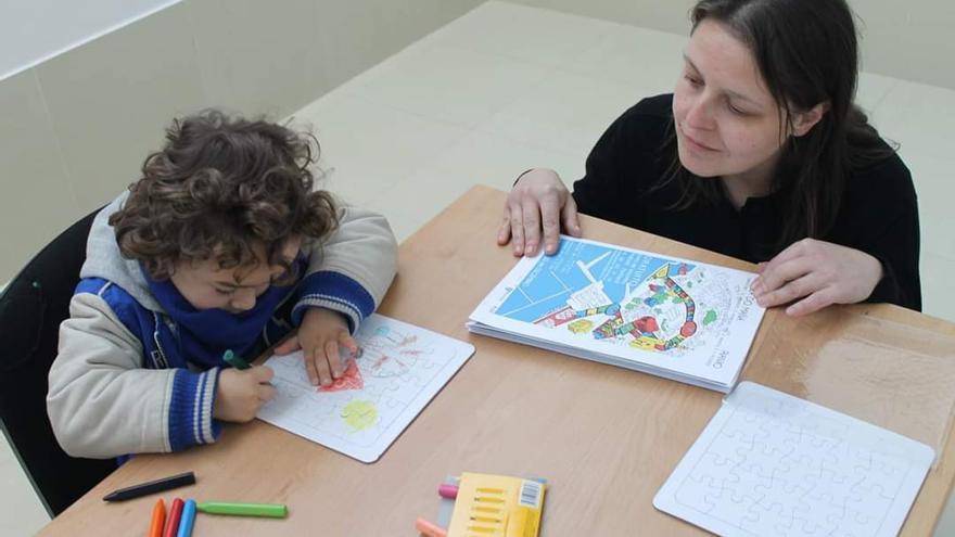 Sandra González, arquitecta, en uno de los talleres con niños.