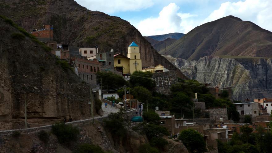 Vista de Iruya desde la carretera. La Iglesia de Nuestra Señora del Rosario es el icono de este pueblecito andino del norte de Argentina.