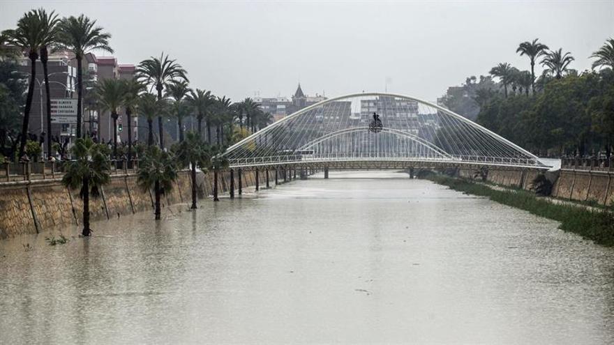 El agua corta los accesos al hospital de los municipios del Mar Menor