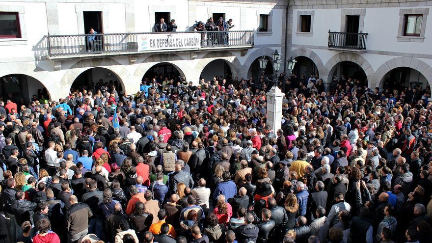 Miles de personas homenajearon a los fallecidos en Pola de Gordón / Maje Muñiz