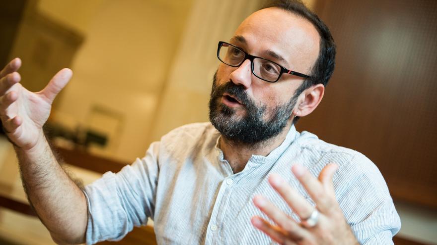 Benet Salellas, diputado de la CUP, durante la entrevista en el Parlament / SANDRA LÁZARO