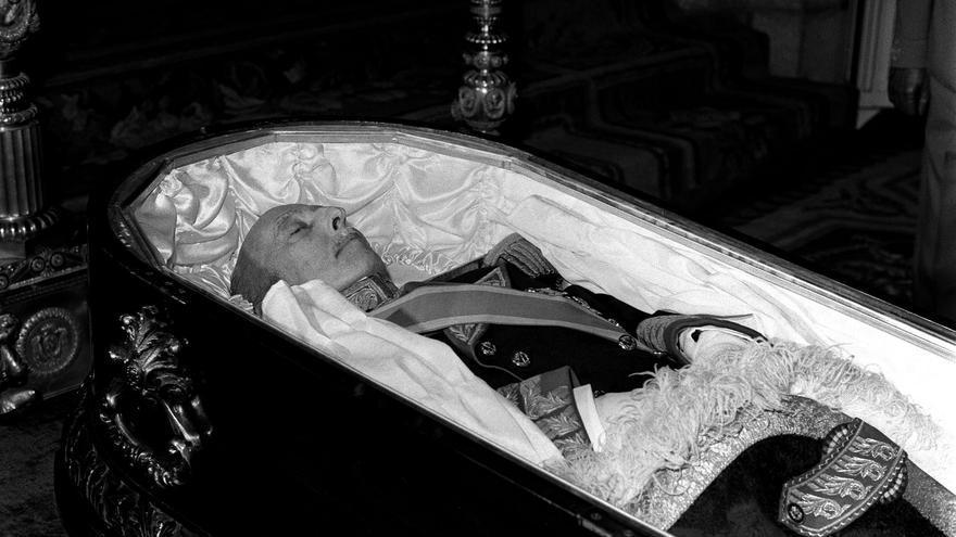 El cadáver de Francisco Franco durante la misa 'corpore insepulto' en el palacio del Pardo, en 1975