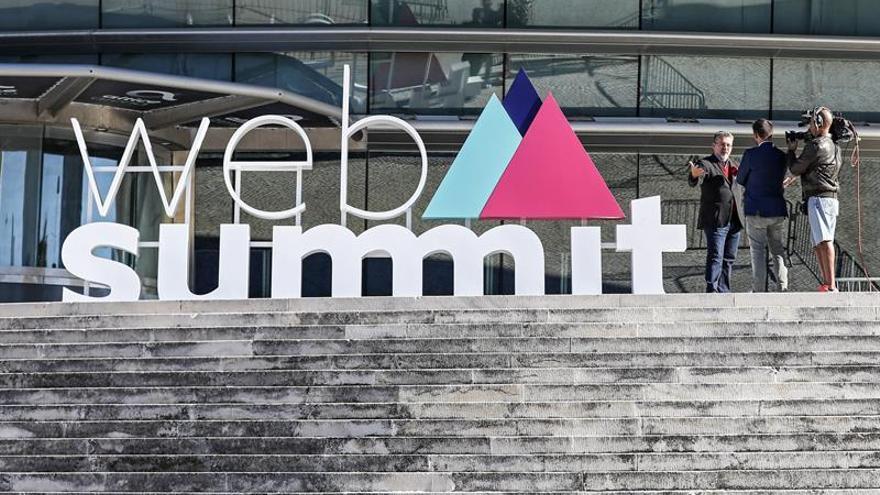 Miles de personas aguardan el arranque de la Web Summit de Lisboa