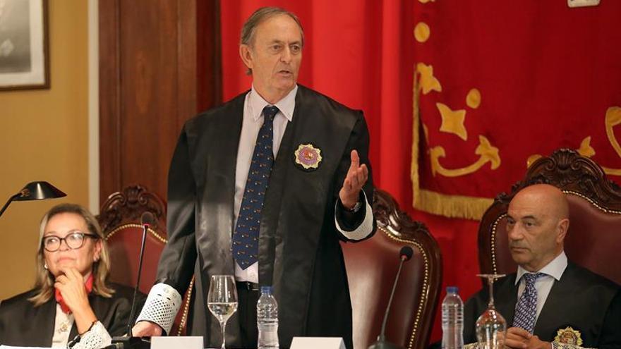 El presidente de la Audiencia Provincial de Santa Cruz de Tenerife, Joaquín Astor Landete (c), durante su intervención en el acto de apertura del Año Judicial en la provincia occidental.