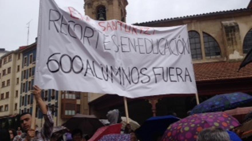 Protesta de profesores y alumnos del centro de EPA de Santurtzi.