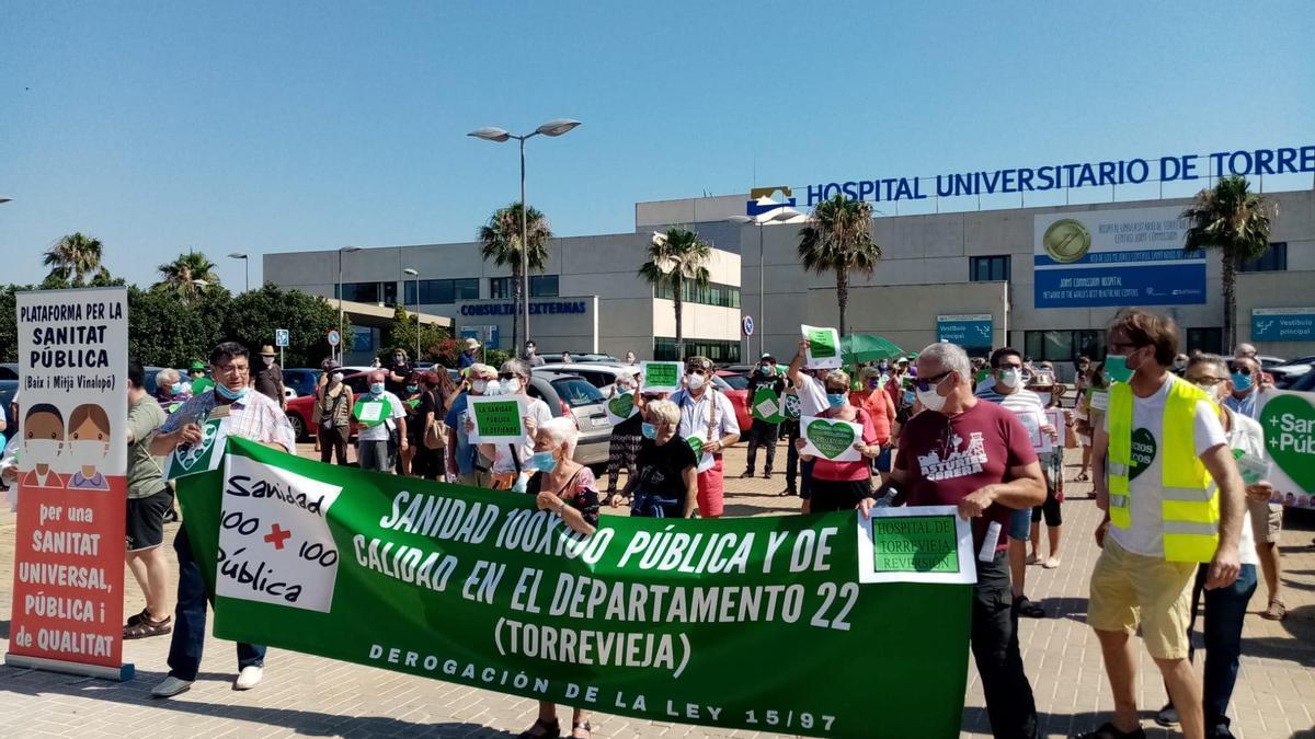 Protesta a las puertas del hospital de Torrevieja en favor de la recuperación de la gestión pública.
