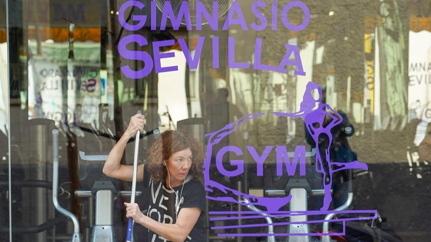 Una limpiadora desinfectando un gimnasio de Sevilla.
