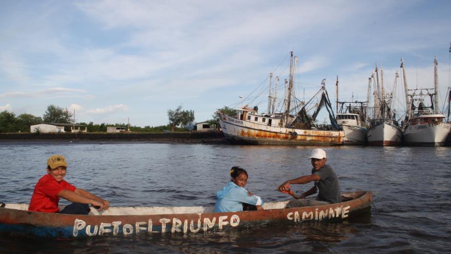 La población de Puerto El Triunfo vive tradicionalmente de la actividad pesquera y portuaria. Foto: Josefina Ramírez