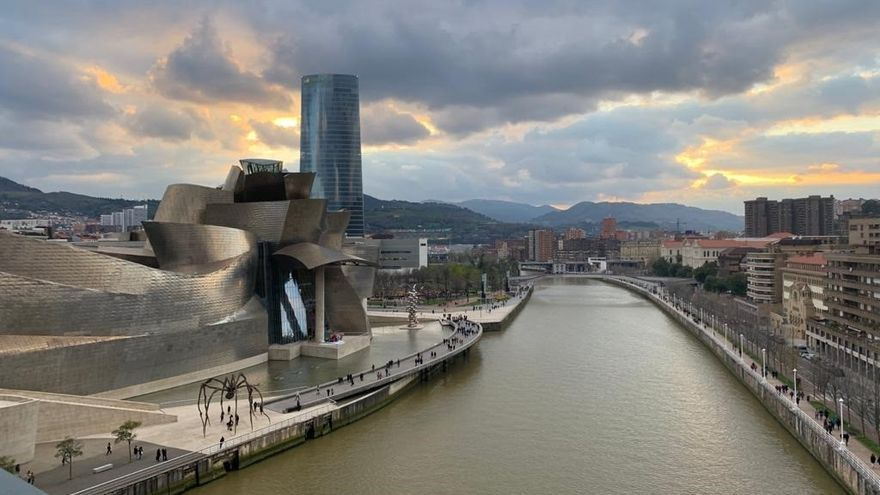 Vista de Bilbao en un día nuboso