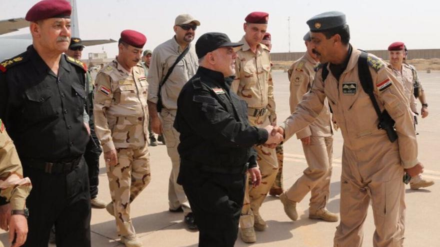 El primer ministro iraquí, a su llegada a Mosul.