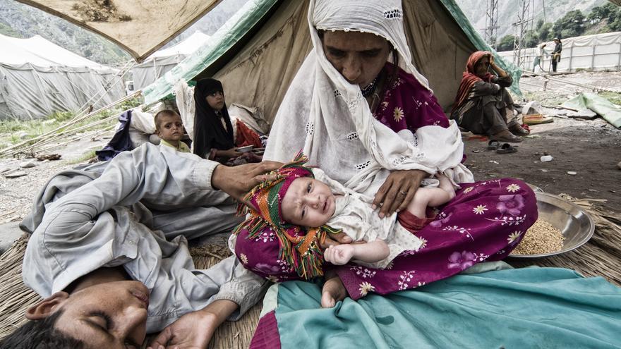 Un año después del terremoto de Pakistán, miles de personas todavía vivían en tiendas de campaña, sin acceso a agua corriente ni a electricidad. En todas las catástrofes es vitar construir edificios temporales para dar una calidad de vida digna a las víctimas y prevenir infecciones y enfermedades./ Zigor Aldama.