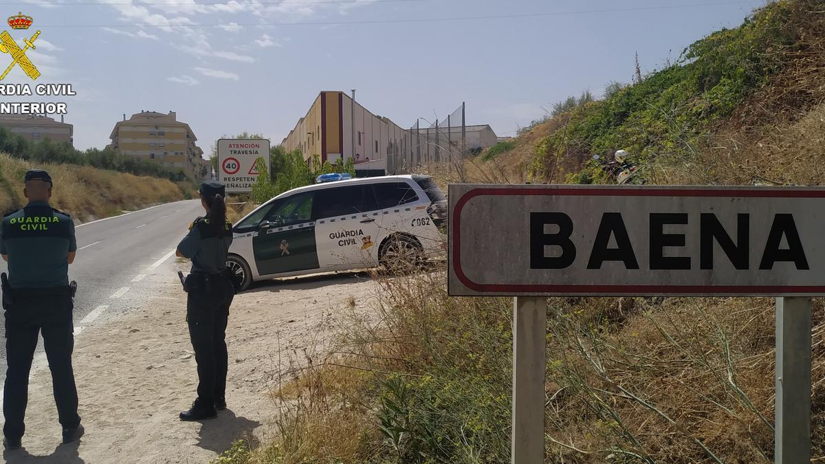 Una patrulla de la Guardia Civil en Baena.