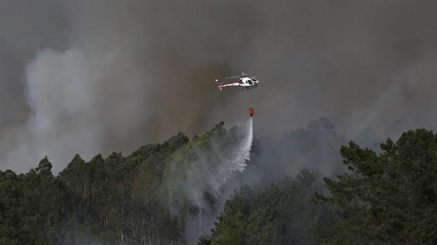 Un helicóptero actuando en el incendio de Cotobade