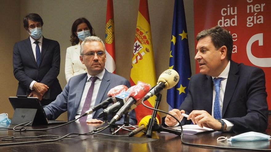 Segunda reunión de la 'Mesa por León'  en Ponferrada. En primer término el Delegado del Gobierno, Javier Izquierdo, y el consejero de Economía, Carlos Fernández Carriedo.