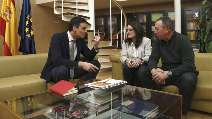 Pedro Sánchez amb Mónica Oltra i Joan Baldoví el 2016.