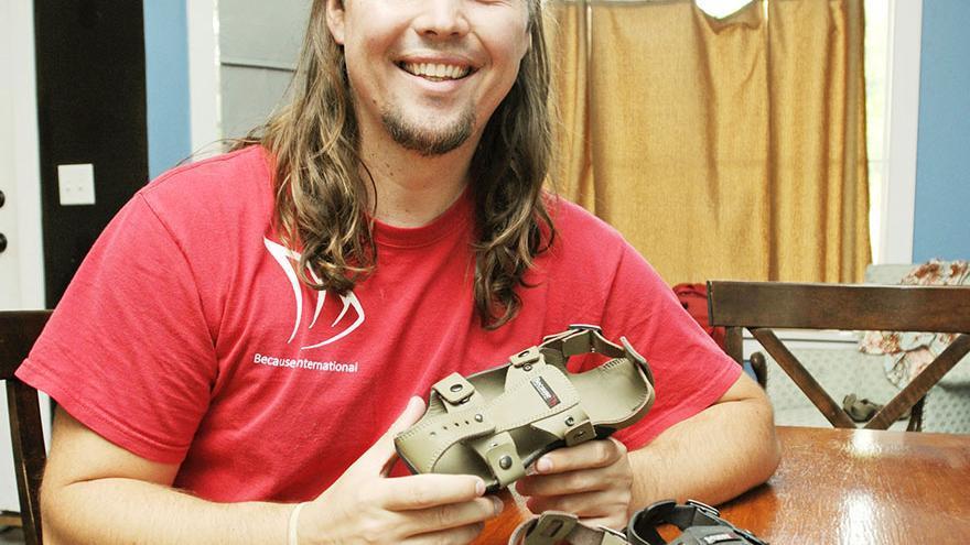 Kenton Lee, el creador de los zapatos que crecen, con su invento