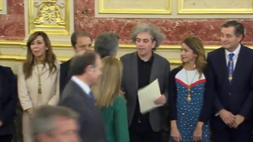 Marcelo Expósito entrega la carta en nombre de Unidos Podemos al presidente argentino Mauricio Macri.