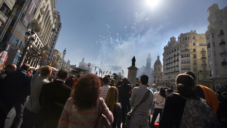 La plaza del Ayuntamiento durante una mascletà