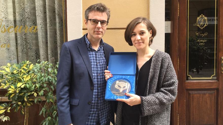 La directora Carla Simón recibe el Feroz Puerta Oscura 2017 para 'Verano 1993' de manos de Pedro Vallín