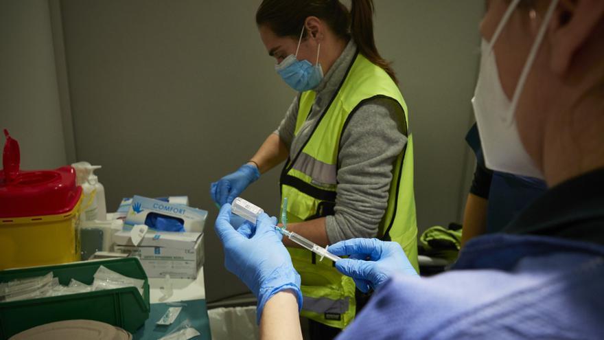 Dos trabajadoras sanitarias, en un dispositivo para administrar la vacuna contra la COVID-19 a profesionales sociosanitarios, en Pamplona, Navarra (España), a 29 de diciembre de 2020