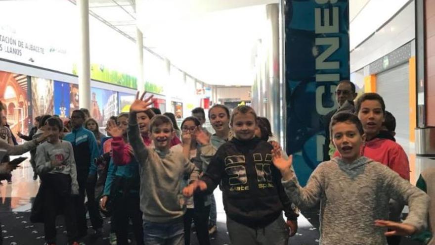 Grupo de estudiantes entrando a los cines Vialia de la capital.