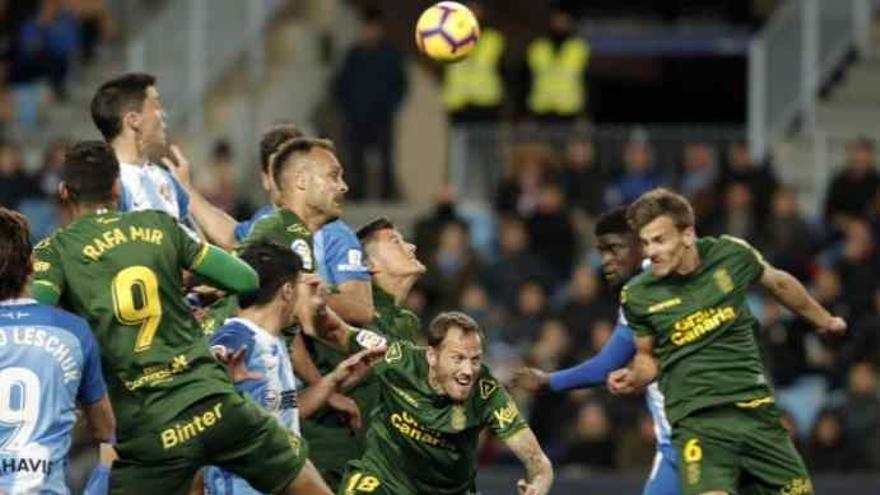 El Málaga pide el VAR ante la Unión Deportiva en un partido con tres goles anulados