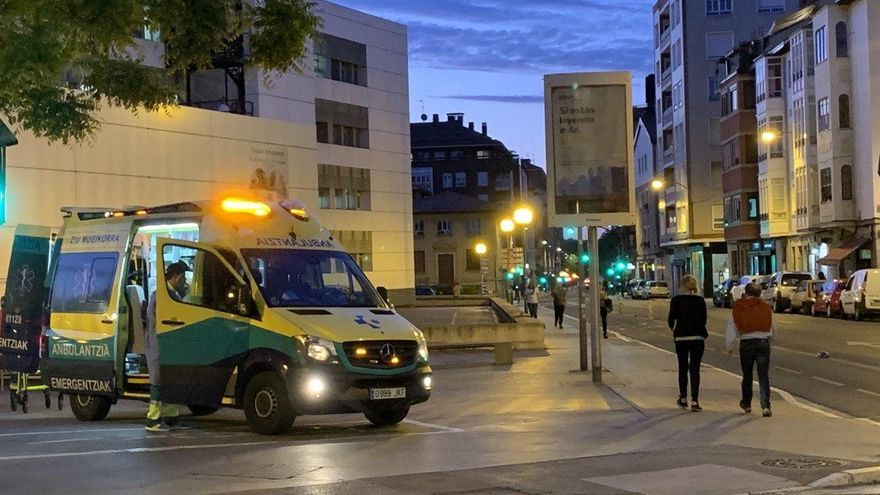 Una ambulancia de Osakidetza, en el centro de Vitoria este miércoles