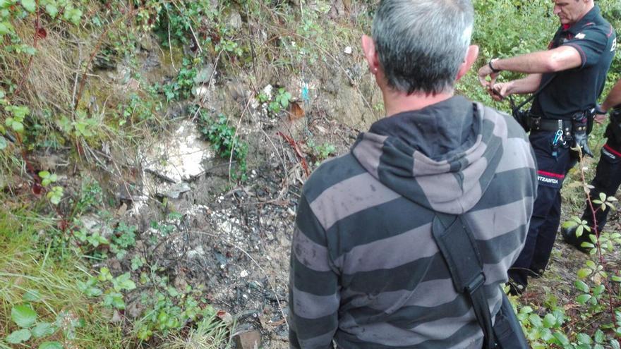 Un ertzaina, en el lugar donde ha aparecido el lindano