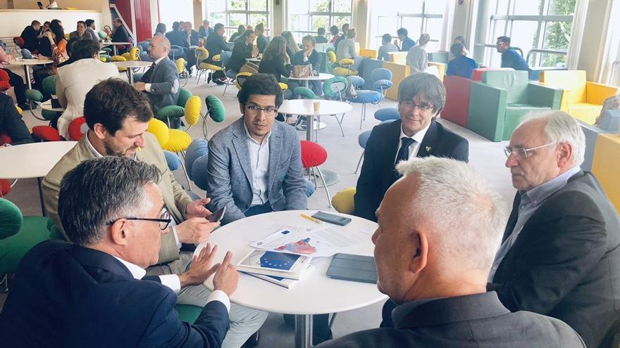 Ramon Tremosa, Toni Comín, Carles Puigdemont e Ivo Vajgl, el 4 de junio en una cafetería del Parlamento Europeo,.