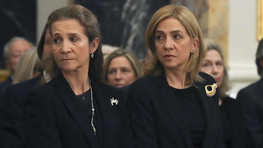 Las infantas Cristina y Elena de Borbón en una imagen de archivo.
