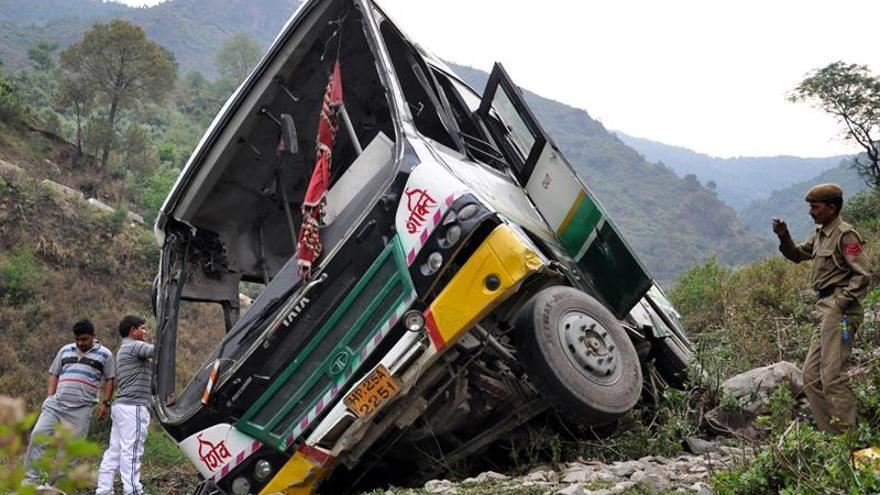 Al menos 14 muertos y 40 heridos al caer un autobús a un barranco en la India