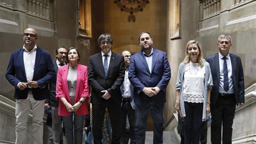 "Puigdemont dice a los alcaldes independentistas: ""Les molestáis y les dais miedo"""
