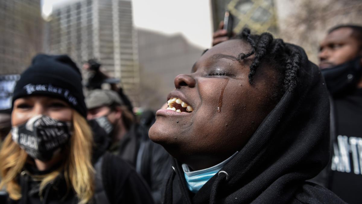 Una mujer llora emocionada tras conocer la condena contra el exagente de policía Dereck Chauvin.