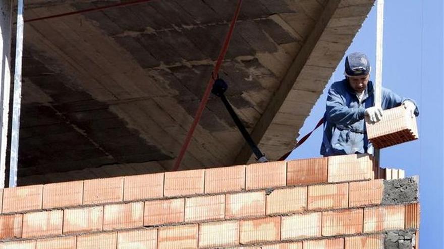Un operario trabaja en la obra de construcción de un edificio.   EFE
