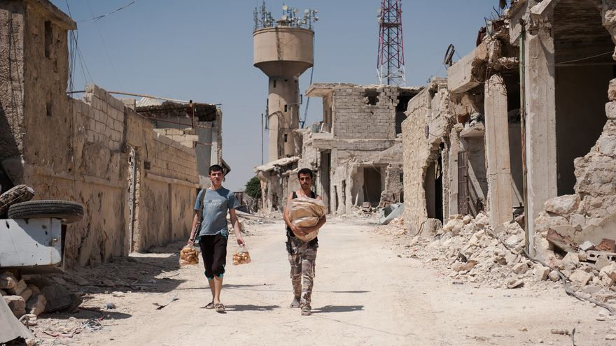 Soldados sirios traen comida a su posición en Alepo. Foto de Natalia Sancha del libro 'Siria. La primavera marchita'.