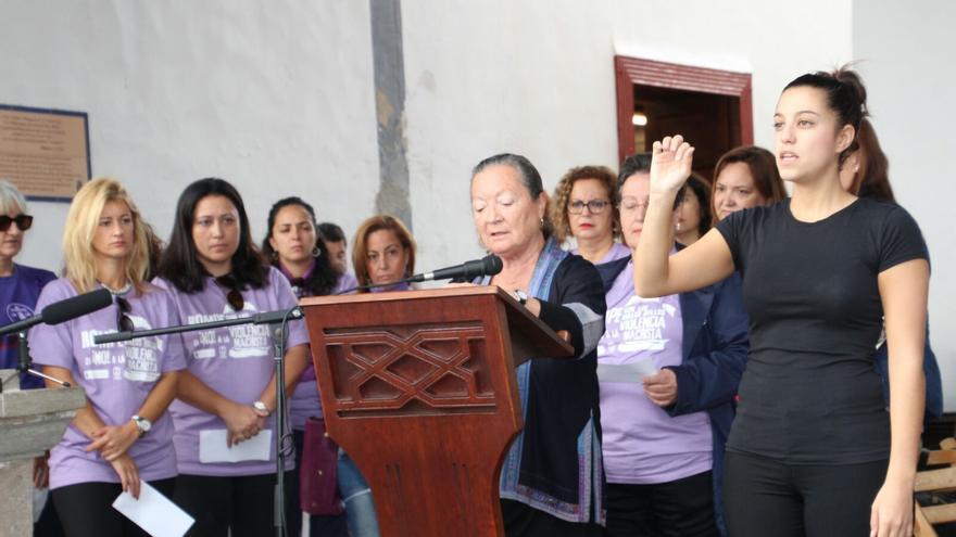 Elsa López leyó algunos de los nombres de mujeres asesinadas. Foto: JOSÉ AYUT