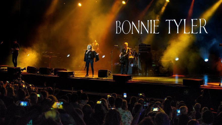 La cantante británica Bonnie Tyler ofrece una actuación en el festival de música Starlite en Marbella, este sábado. EFE/Antonio Paz