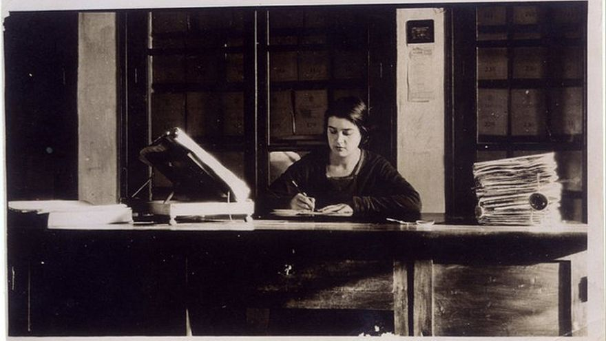 María Moliner en su mesa de trabajo