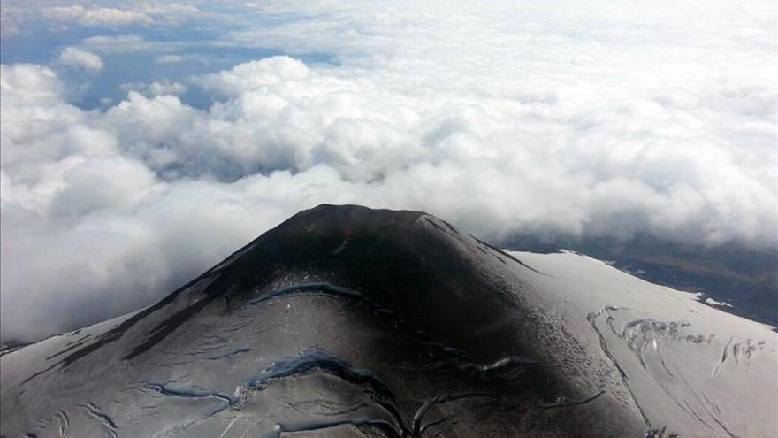 El volcán chileno Villarrica entra en erupción y las autoridades evacúan a la población