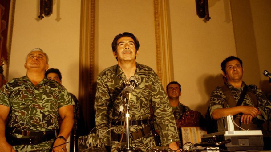 Efraín Rios Montt, flanqueado por el General Horacio Egberto Maldonado y el Coronel Francisco Luis Gordillo, en su primera conferencia de prensa tras el golpe de Estado el 23 de marzo de 1982, Palacio Nacional, Guatemala ciudad.© Jean-Marie Simon
