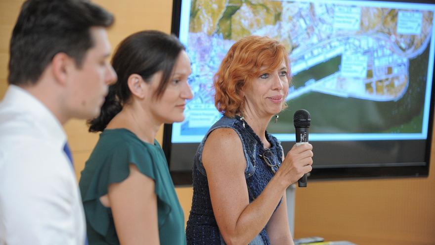 Ofelia Manjón, directora insular de Carreteras, junto a Zaida González (centro), concejala en Santa Cruz