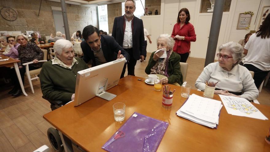 El conselleiro de Política Social, José Manuel Rey, en una visita a una residencia de mayores