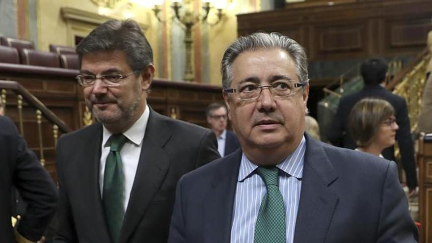 El ministro de Justicia, Rafael Catalá (i), y el ministro del Interior, Juan Ignacio Zoido (d), a su llegada hoy a la sesión de control en el Congreso de los Diputados.