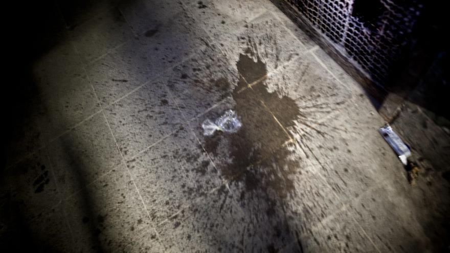 """Por la noche, la falta de agua corriente obliga a los presos de orinar en bolsas de plástico, las cuales después tiran en las salas de la cárcel. """" La Esperanza"""", Penitenciaría Central de El Salvador, conocida popularmente también como Mariona. / Pau Coll / RUIDO Photo."""