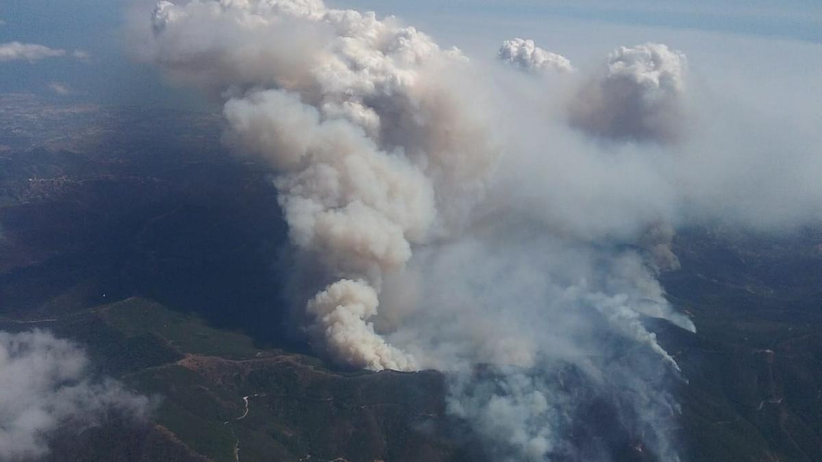 Vista aérea del fuego de Sierra Bermeja