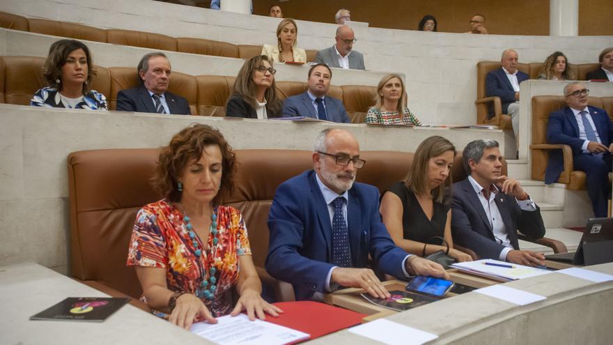 Ana Belén Álvarez, Miguel Rodríguez, María Sánchez y Pablo Zuloaga en el Parlamento de Cantabria. | BUBY REY